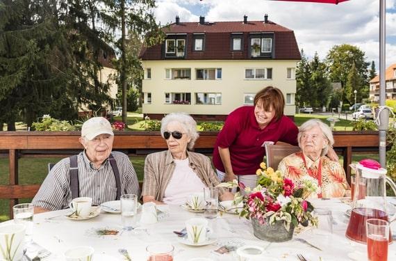 klein Lichtenrade AlexA Berlin Tagespflege Außenanlage Angebot Senioren
